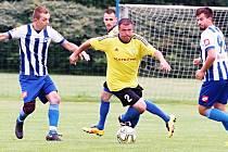 Fotbalový internacionál Marek Kulič (s míčem) od nové sezony válí v okresním přeboru za Myštěves.