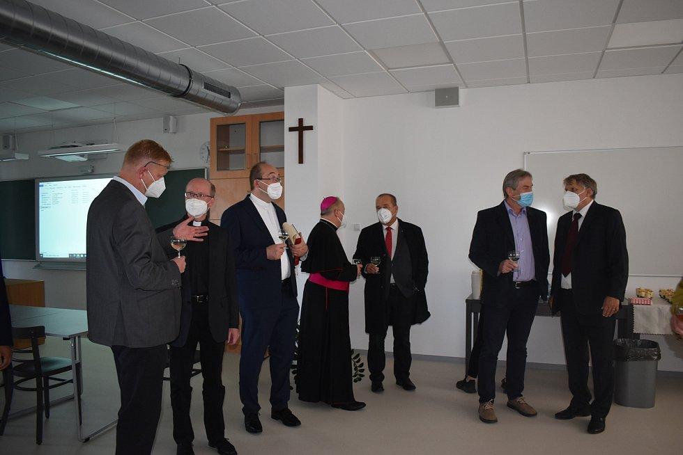 Nový školní rok začal na hradeckém Biskupském gymnáziu slavnostním otevřením nové budovy známé jako kostka.