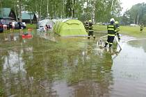 Vydatný déšť zatopil kem Stříbrný rybník.