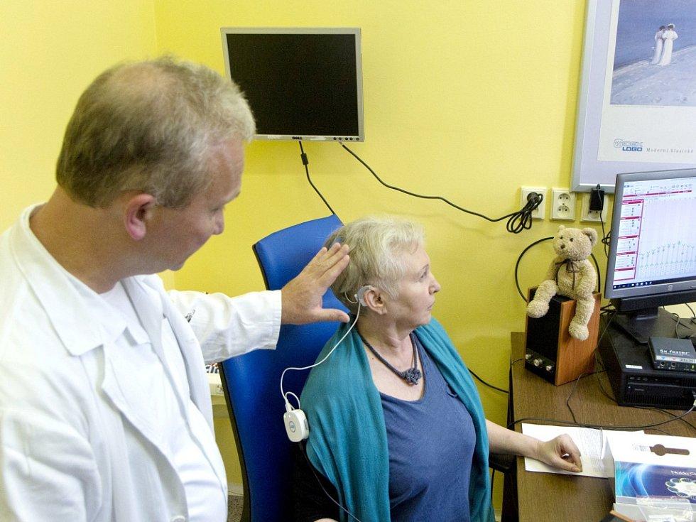 Pacientka se zapojeným kochleárním implantátem.
