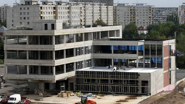 Stavba univerzitní budovy naproti nemocnici v Hradci Králové.