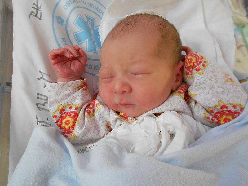 LUKÁŠ MAREK poprvé vykoukl na svět 28. září v 15.28 hodin. Měřil 49 cm a vážil 3300 g. Velmi potěšil své rodiče Moniku a Lukáše Markovy z Rychnova nad Kněžnou. Tatínek to u porodu zvládl skvěle.