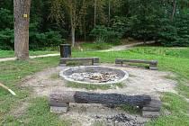 Vandalové řádili u Biřičky, zapálili dřevěnou lavičku.