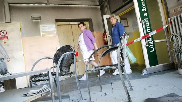 Ve Fakultní nemocnici v Hradci Králové ráno hořelo v budově neurochirurgické kliniky. Hasiči museli evakuovat celkem šestnáct lidí, včetně čtyř dětí. Tři zaměstnance nemocnice zachránili, nadýchali se kouře.