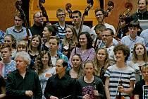 """Společný koncert """"ZUŠek"""" (za Hradec: Střezina a Habrmanova) s Českou filharmonií."""