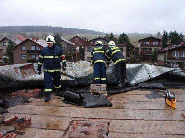 Zásah za zásahem. Hasiči odklízejí následky bouře nazvané Emma. V Polici nad Metují vítr utrhl plechovou střechu domu.