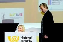 Datové schránky prezentovalo ministerstvo vnitra na hradecké konferenci Internet ve státní správě a samosprávě netradičně. Scénkou, kdy zprávu z datové schránky představovala dívka.
