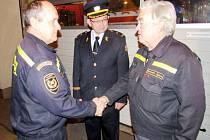 Zleva odcházející velitel stanice Pavel Marschal, krajský ředitel František Mencl a odcházející velitel družstva Zdeněk Romportl.
