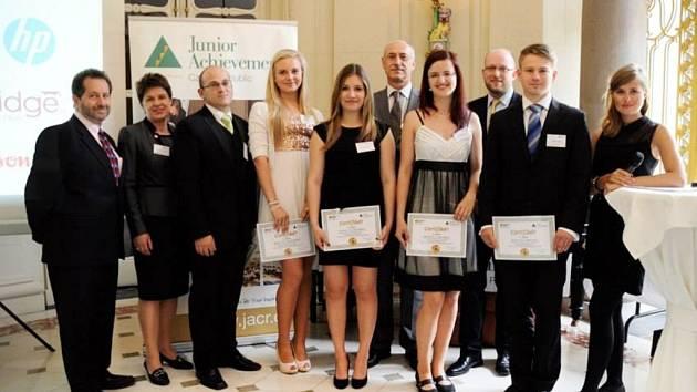 Studenti královéhradecké Obchodní akademie u amerického velvyslance v Praze.