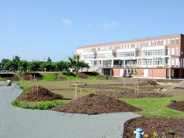 Budování parku před budovou Univerzity Hradec Králové v areálu Na Soutoku.