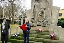 Žákyně 7. třídy přednáší básně Jaroslava Seiferta před pomníkem válečným obětem.