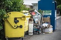 Přetékající kontejnery navzdory novému systému třídění odpadu.