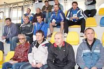 Účastníci semináře fotbalových trenérů na tribuně hradecké Bavlny.
