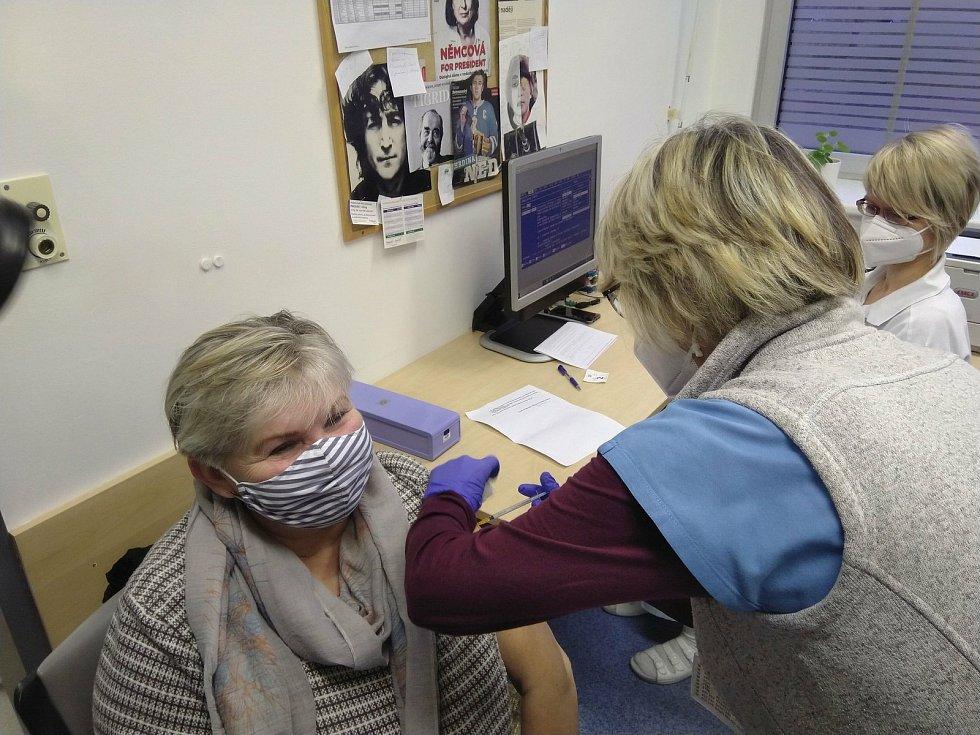 Ve Fakultní nemocnici Hradec Králové začalo v sobotu ráno očkování proti covidu-19.