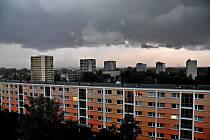 Přizračná atmosféra v 18.45. Hradecká Jižní ulice na Slezském Předměstí.