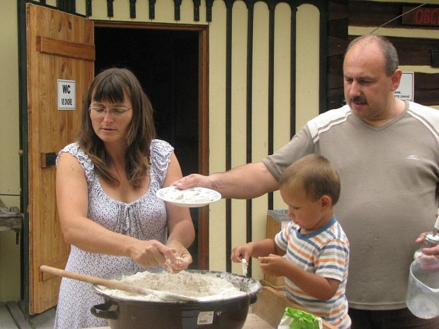 Pečení chleba v Krňovicích.
