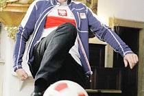 Laskavý člověk, který má rád humor i sport, tak znají kněze Zbigniewa Czendlika v Lanškrouně. Při rozhovoru na sebe klidně natáhl polský dres, mikinu české olympijské výpravy  a předvedl, co dovede s míčem. Ptáte se, kde s ním kouzlil? Ano, je to kostel.
