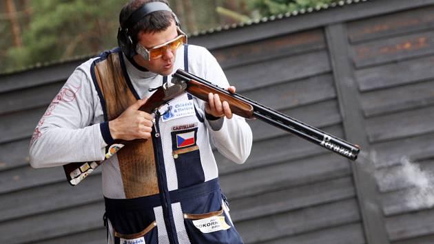 Olympijský vítěz v disciplíně trap David Kostelecký při tréninku na hradecké střelnici.