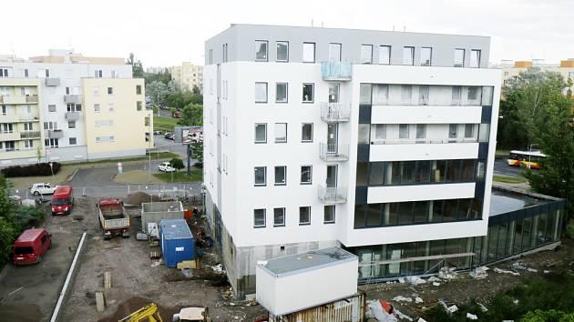 Dům služeb v Třebši už dostal svou podobu. Stavbaři upravují ještě okolí.