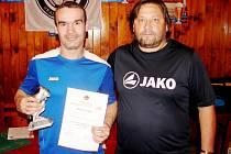 Daniel Pleskot ze Syrovátky, který převzal Cenu Aleny Staňkové za šest vstřelených hattricků od Milana Frýdy.