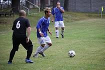 """Starý Bydžov (v černém) umí hrát na svém trávníku lépe spíše do kopce. """"Dáváme tam více gólů,"""" shodují se hráči."""