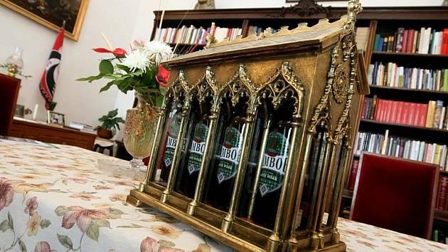 Královédvorské pivo Tambor pro papeže. Majitel pivovaru Tambor Nasik Kiriakovský předal biskupovi Dominiku Dukovi speciální přepravku pro Svatého otce.