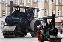PO NÁBŘEŽÍ se v Hradci proháněly historické parní stroje v nejrůznějších podobách. Děti se mohly svézt na lokomotivách, parnících i parním kolotoči.