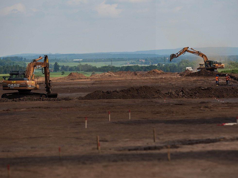 Vykopváky na stavbě dálnice D11.