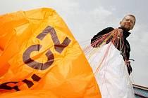 Světový rekord na motorovém padákovém kluzáku chce vytvořit Miroslav Oros.  Během devadesáti dní uletí devět tisíc kilometrů. Pokud se mu to podaří zapíše se mezi Guinnessovy světové rekordy.