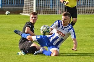 Přípravný duel Náchod (v modrobílém) vs. FC Hradec Králové B (1:1).