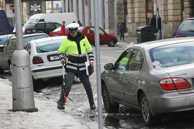 V Palackého ulici uvízla žena pod koly nákladního vozu