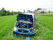 Dopravní nehoda osobního vozidla a autobusu na silnici I/11 v obci Kratonohy.