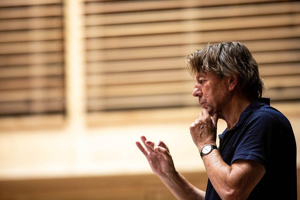 S Filharmonií Hradec Králové zkoušel na poděbradský Soundtrack oscarový dirigent Ernst van Tiel.