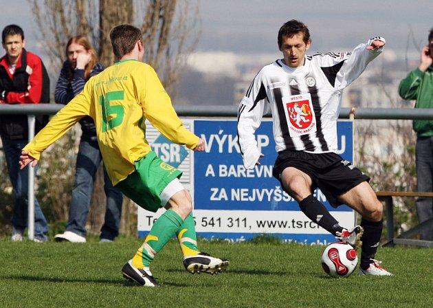 FC Hradec Králové B  : SK Týniště nad Orlicí. Zleva Tomáš Adam a hradecký Ivo Svoboda.