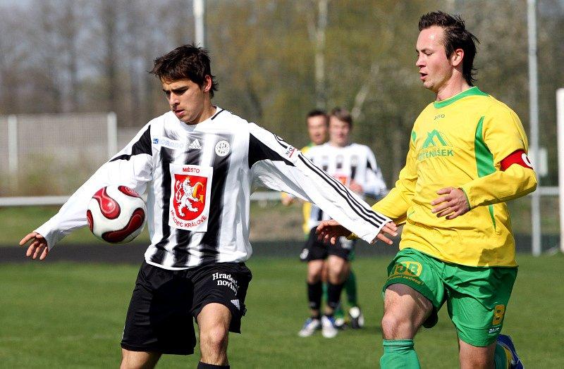 FC Hradec Králové B  : SK Týniště nad Orlicí. Zleva hradecký Richard Bitomský a David Černý.