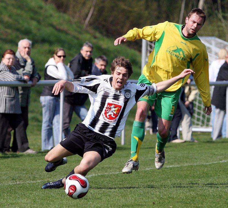 FC Hradec Králové B  : SK Týniště nad Orlicí. Zleva hradecký Josef Dvořák a Jan Plašil.
