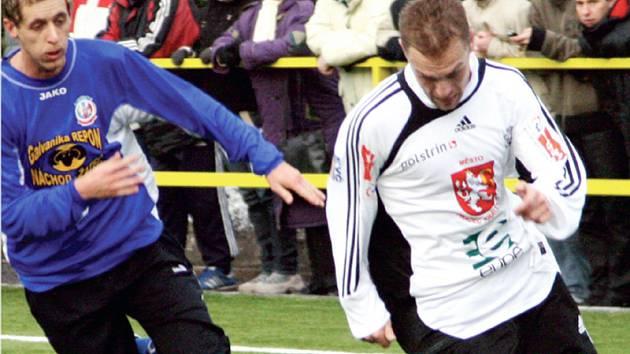 PŘEKVAPIVOU remízou skončilo včerejší přípravné utkání druholigových fotbalistů Hradce Králové (v bílém) s třetiligovým Náchodem, který smazal dvoubrankové manko v samém závěru zápasu.