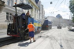 Dlouho očekávaná oprava povrchu rozbité křižovatky u Pospíšilovy sochy začala 12. července. Má trvat tři týdny.