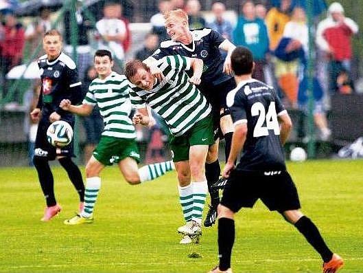 MĚSTSKÝ DUEL vyzněl pro FC Hradec Králové, záložník Jan Hable (v tmavém) si naskočil na protihráče z Olympie.