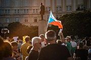 Na Masarykově náměstí v Hradci Králové se v úterý podle organizátorů sešlo více než tisíc lidí.