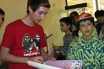 Letsplayer s přezdívkou Screwty při podpisové akci v březhradském Tescu.