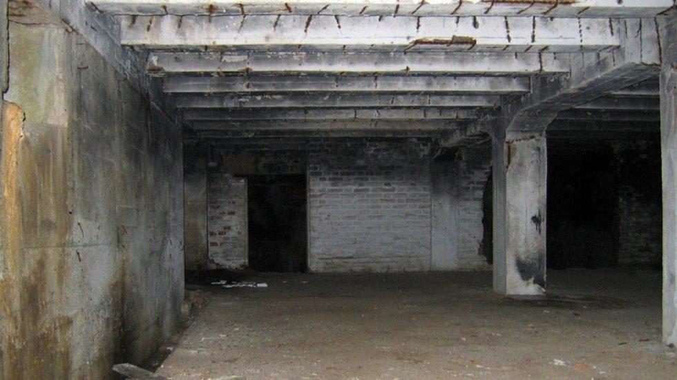 Podzemní prostory továrny v roce 2004.