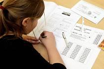 Přijímací zkoušky na střední školy jsou od úterý v plném proudu. Na Gymnáziu Boženy Němcové žáci píšou testy z matematiky a českého jazyka.