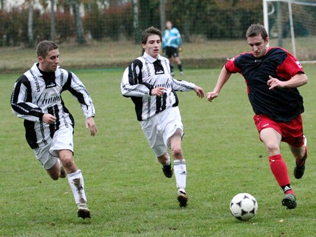 STAROSTA NA HŘIŠTI. Jiří Štěpánek (vpravo) je prvním mužem Kratonoh, ale také fotbalistou místního klubu hrajícího krajský přebor.