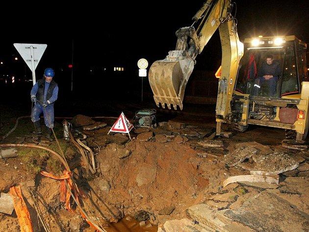 Kvůli prasklému potrubí přestala téct pitná voda obyvatelům královéhradeckých čtvrtí Kukleny a Svobodné Dvory.