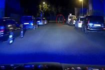 Pronásledovaný řidič se marně snažil strážníkům bosý utéct.