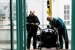 Stěhování opraveného motoru vlnobití do hradeckých lázní