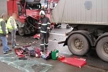 Srážka dvou kamionů v Koutníkově ulici v Hradci Králové.