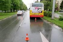 Autobus MHD po nehodě v hradecké Střelecké ulici.
