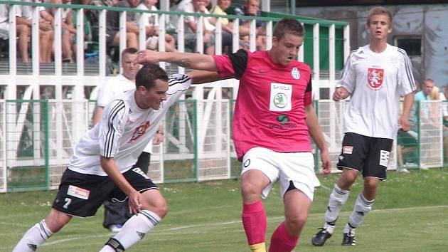 Hradečtí fotbaloví starší dorostenci v akci během zápasu s Mladou Boleslaví.